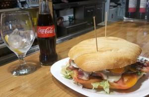 Menú de súper hamburguesa con patatas y bebida