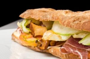 Bocadillo XXL +  ración de patatas cabreadas + 2 bebidas ¡Típico en Donostia!