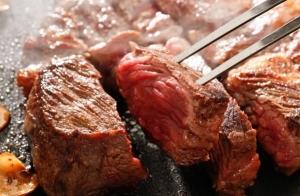 Parrillada de carne con barra libre de bebidas